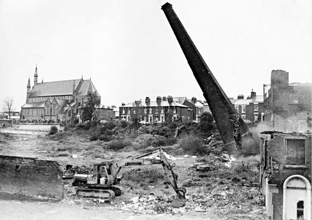 09 - Demolition of Brookfield Mill Chimney. June 2, 1986. LEP