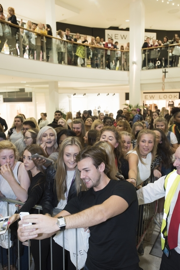 nathan-takes-a-selfie-with-the-crowd