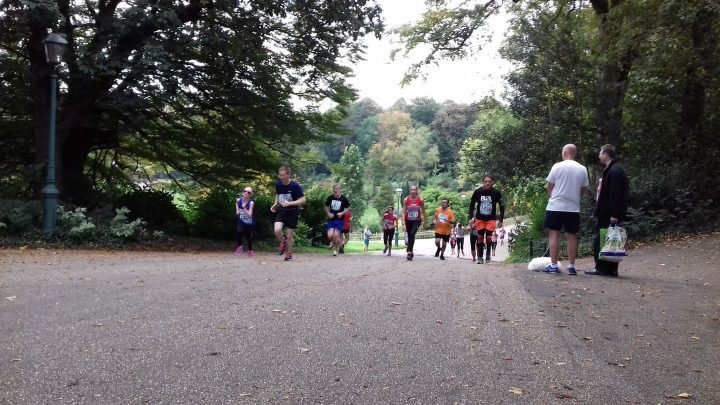 5k runners making their way up the big hill in Avenham Park