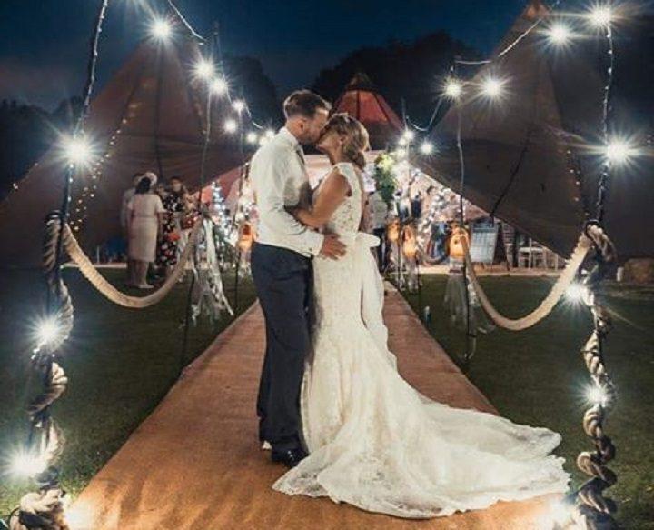 Mashiters kiss outside their festival tent