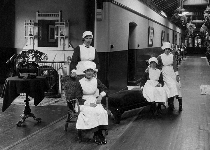 Nurses in Ward 1. Left: S Best (standing) and M Martin. Right: G Heighton or M Dooley and Margaret Smith. Image courtesy of the Harris