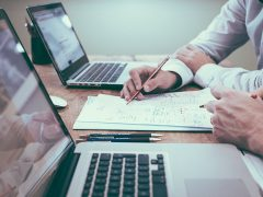 Business people working at a desk Pic: Free-Photos from Pixabay