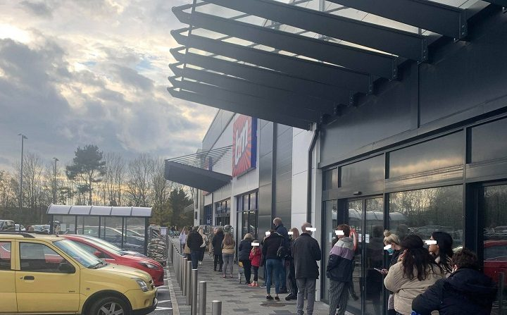 Queues for Aldi and B&M at Fulwood Central on Saturday (14 November) Pic: Mary Elspeth/Blog Preston