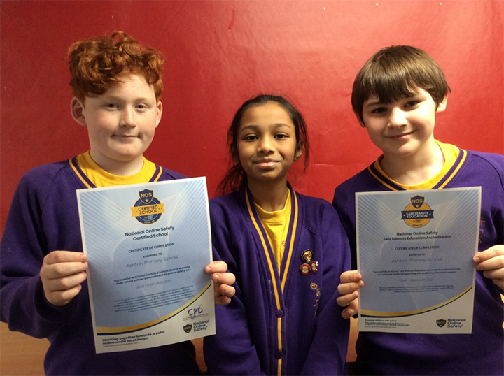 Ashton Primary School pupils with the online safety accreditation