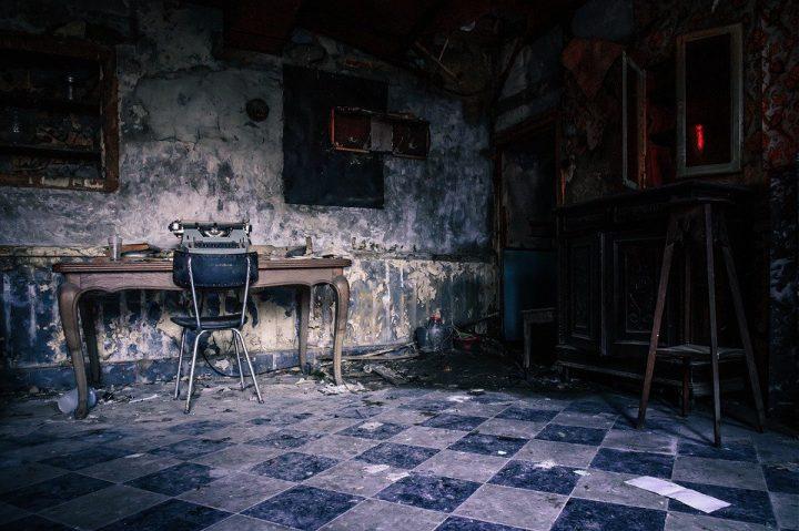 "Dark haunted room Pic"" Tama66 / Pixabay"